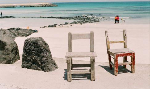 海辺に佇む椅子