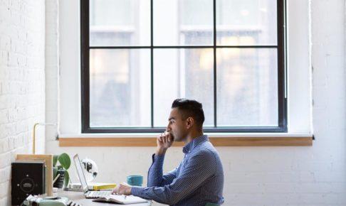 パソコンを見ている男性