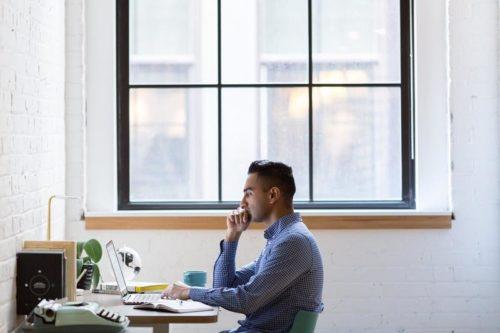 パソコンの画面を見ている男性