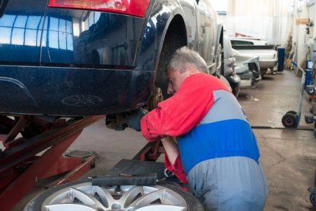 車のブレーキを修理しています