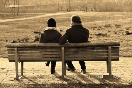 ベンチで佇むカップル