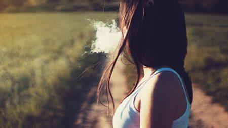 たぼこを吸っている女性