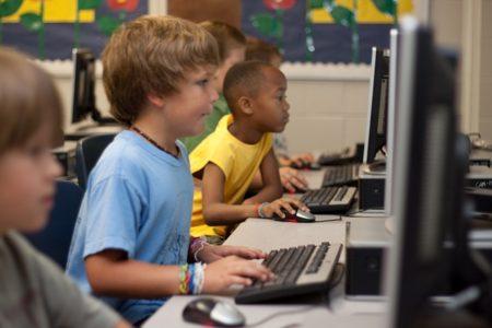 パソコンをしている子供達