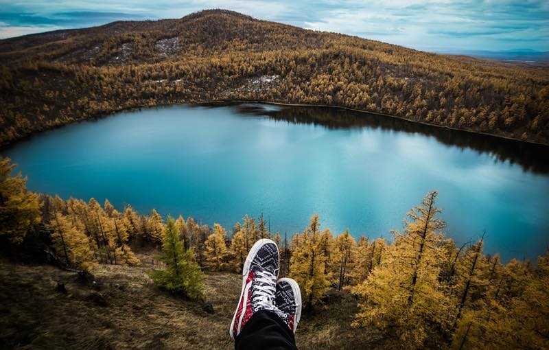 湖を眺めならが寝転ぶ人